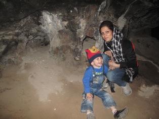 غار نورد خسته از گشتن دهلیزهای متعدد طبقه 3 غار کرفتو